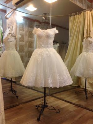 Váy cưới ngắn, chân ren trễ vai, thân đính...