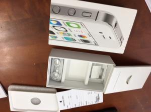 Iphone 4s 8gb, nguyên hộp mới xài chưa đầy 1 tháng, còn bảo hành