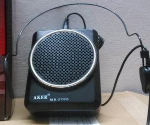 Máy trợ giảng aker ak2700 Màu sắc: Đen, Trắng và đỏ Công suất: 10W Công suất tổng loa: 16W Tần số sử dụng: 100HZ~13000HZ±1db Cường độ :150mA Cap vào : Cable microphone (-20dB 600) Điện thế Pin: DC 7.5, lithium batteries Kích thước : 105*84*35mm Trọng  Lượng: 314 g i.e. 0.692 lbs Độ ồn : -53dBV/Pa±