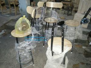 Bộ bàn ghế bar cafe khung sắt mặt gỗ.