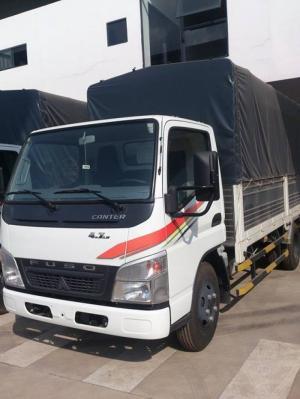Xe FUSO Canter 4.7 LW thùng bạt tải trọng 1995 Kg -Kích thước thùng: 4.436 x 1.720 x 1870 mm -Trọng lượng không tải: 2.755 kg -Tải trọng: 1995 kg -Trọng lượng toàn tải: 4.700 kg -Động cơ:Mitsubishi 4D34, 4 xy lanh, 4L, tăng áp -Công suất: 110Hp -Hộp số: 5 sô tiến + 1 số lùi -Phanh: Tang trống/khí nén -Lốp: 7.00R16 -Cabin lật, radio, mồi thuốc, đèn trần...