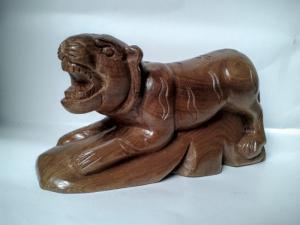 Tượng gỗ hổ nhỏ mới, cao 8 cm, dài 15 cm.