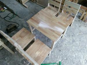 Bàn ghế dựa lưng mặt liền gỗ cao su bóng