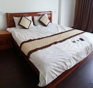 Cho thuê khách sạn 12 phòng mới xây, thang máy, sàn gỗ, toilet lót gương, gần đường Dương Đình Nghệ