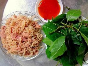 Nem bóc ra có thể gói lá sung chấm tương ớt hoặc nước mắm chua ngọt
