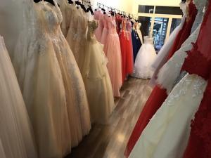 Nhân viên nữ phụ bán hàng tiệm áo cưới