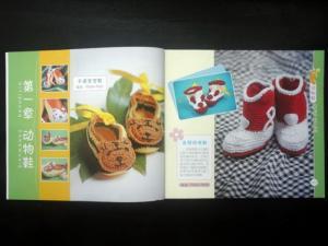 Sách hướng dẫn Đan Móc Len - Mã số 9974  - GIÁ BÁN: 120.000 VNĐ/QUYỂN  - Kích thước: 26 x 15 cm  - Nội dung: Sách gồm 120 trang, hướng dẫn trên 80 mẫu đan và móc vớ, giày cho trẻ em từ sơ sinh đến 2 tuổi.  Sách hướng dẫn chi tiết từ cơ bản đến nâng cao, từng mũi đan móc cơ bản cho đến khi thành phẩm, giúp quý khách dễ dàng thực hiện thành công những mẫu sản phẩm mà mình yêu thích. Sách hướng dẫn bằng hình ảnh và ký hiệu chart riêng biệt, chi tiết cho từng mẫu.