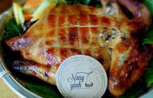 Gà nướng ăn kèm xôi nếp bắp mỹ, 1 con gà ta Long An tầm 1.1kg đến 1.2kg, kèm theo 300g xôi nếp bắp mỹ, khoảng 4-5 người dùng