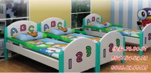 Giường ngủ mầm non , các loại giường nhựa sọc xanh trắng