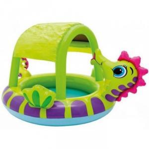Bể bơi được thiết kế như 1 chú cá ngựa, có mái che phía trên giúp bé tránh được những tia cực tím của mặt trời thiêu đốt, thích hợp dùng ngoài trời.