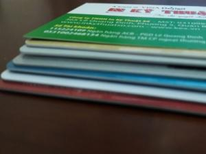 In thẻ nhựa giữ xe đạp