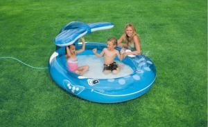 Bể bơi thiết kế hình chú cá voi xanh ngộ nghĩnh có vòi phun mưa ở đuôi, đáy bể có van xả nước thuận tiện. Độ dày 0.28 mm.