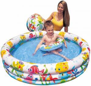 Bể bơi có kích thước đường kính 132cm, cao 28cm; Bóng có kích thước đường kính 51cm, phao bơi có đường kính trong 51cm với màu sắc của đàn cá đại dương.