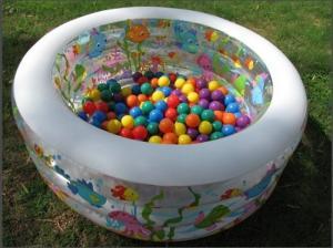 Bể bơi hình tròn thiết kế 3 tầng đại dương tươi mát, đáy bể bơm hơi 2 lớp êm ái vừa làm bể bơi vừa làm nhà bóng cho bé.