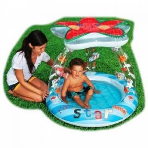 Bể bơi phao mái che hình ngôi sao, xung quanh thành bể là những họa tiết hình cá vui nhộn, đáy bể bơm hơi tạo cảm giác êm ái cho bé khi ngồi.
