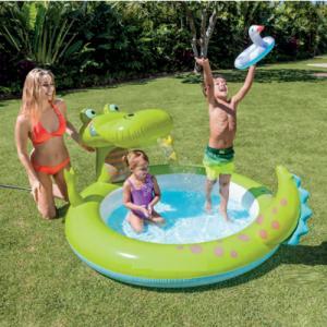 Bể bơi  thiết kế hình cá sấu chúa tinh nghịch, có vòi phun mưa ở miệng.