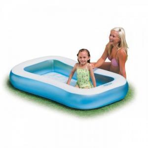 Bể phao hình chữ nhật thành bể màu xanh biển viền trắng tạo cảm giác mát mẻ trong mùa hè,đáy bể cũng có bơm hơi tạo cảm giác êm ái cho bé khi ngồi.