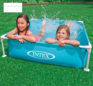 Thành bể bơi được làm bằng vật liệu 3 lớp ép, khung kim loại chắc chắn. Van xả nước thuận tiện. Mực nước lý tưởng ở 24 cm sức chứa 337 lít.