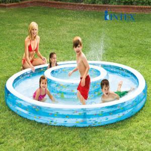 Bể bơi phao Intex 2 vòng có hồ bơi nhỏ ở trong hồ bơi ngoài lớn hơn cho diện tích vui chơi cùng nước của bé và gia đình.