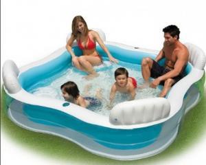 Bể bơi vuông có 4 ghế ngồi bơm hơi êm ái có phần tựa lưng thư giãn, bể có thể sử dụng cho cả gia đình.