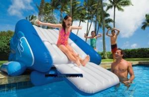Cầu trượt phao có vòi phun mưa thiết kế lượn sóng như cầu trượt tại các bể bơi, các bé sẽ trèo từng bậc và trượt xuống, phía dưới máng trượt có đệm bơm hơi nên rất an toàn. Trên đỉnh cầu trượt có tích hợp vòi phun mưa
