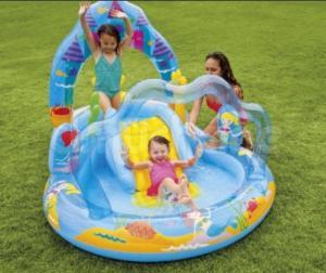 Sản phẩm được thiết kế thành 2 khoang để bé có thể trượt từ khoang này sang khoang kia, hoa văn đại dương in trên bể bơi màu sắc bắt mắt.