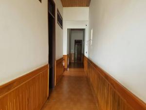 Nhà gồm 1 sân oto,1 phòng khách,1 bếp,4 phòng ngủ,2wc,giếng trời 5,6x22m