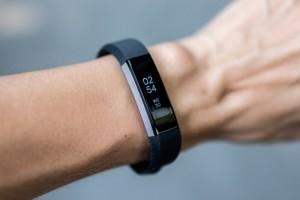 Fitbit Alta có kết nối với điện thoại di động của bạn và hiển thị các cuộc gọi đến, tin nhắn, lịch. Máy không hỗ trợ GPS, theo dõi nhịp tim. Đồng hồ Fitbit Alta có chống nước nhưng người dùng nên tránh dùng khi tắm và khi đi bơi