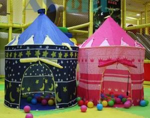 Chiếc lều mang hình lâu đài cho các cô bé, cậu bé trở thành nàng công chúa hay hoàng tử trong thế giới của riêng mình.