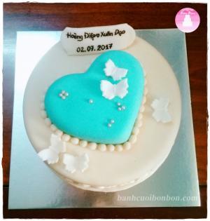 Bánh cưới với điểm nhấn trái tim màu xanh ngọc sang trọng, tinh tế