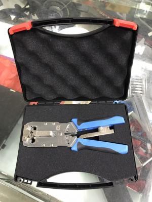 Chi Tiết: KÌM BẤM MANG AMP CAT 6 Hãng sản xuất AMP Part number: 790163 – 5 Hand Tool, w/Die Set, Cat6, RJ45 Mod Plug, OD 6-7mm. Kìm bấm đầu nối cáp chuẩn Cat 6 có điểm đặc trưng nổi bật là sự kết hợp giữa một thân kềm, môt tay cầm và một hàm kẹp cố định (stationary jaw), một hàm kẹp di động, và một tay cầm di động, và một hệ thống bánh răng điều chỉnh được, tất cả tạo nên cây kềm hoàn chỉnh. Kềm bấm đầu nối chuẩn Cat 6 bấm được nhiều loại cáp Cat 6 có kích cỡ dây khác nhau, tương ứng với các die-set khác nhau.