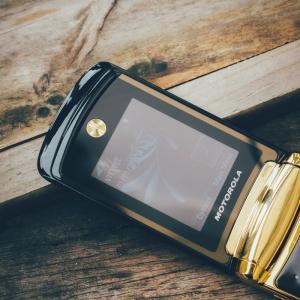 Điện thoại I MOTOROLA  V8 RAZR LUXURY EDITION  nắp gập sành điệu giá rẻ nhất trên thị trường