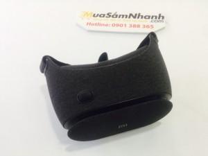 Mi VR Play 2 được làm chủ yếu bằng nhựa được phủ bởi một lớp vài ngoài. vòm kính được ốp với lớp bông êm có nhiều lỗ thoát khí. Sản phẩm có kích thước là 128 x 191 x 120 mm và nặng 183 gram. Nó thích hợp cho nhiều smartphone từ 4 - 6 inch và sử dụng tốt nhất trên Smartphone màn hình Full HD 1920 x 1080.