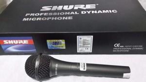 Micro karaoke có dây Shure 959 chuẩn có dây dài 6 mét sẽ kết nối với giàn karaoke thông qua dây cắm cao cấp chống nhiễu cực tốt nên chất lượng âm thanh vượt trội hơn so với những thiết bị micro không dây.