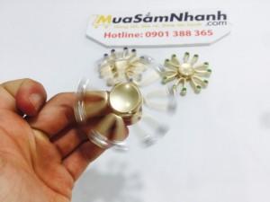 Làm thế nào để sử dụng? Giữ spinner trong một tay và dùng tay kia để quay nó nhanh chóng và giữ cho nó quay vô thời hạn. Spinners có thể bắt đầu và ngừng quay chỉ với sự giúp đỡ của ngón tay bạn.