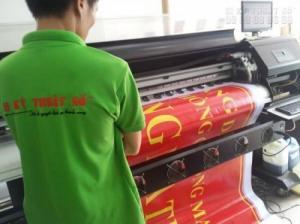 Tại In Kỹ Thuật Số chúng tôi trực tiếp in hiflex khổ lớn mực dầu chuyên dụng cho trưng bày ngoài trời - khổ máy 3m2 đáp ứng các yêu cầu về kích thước in cũng như tốc độ in ấn