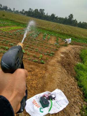 khi dùng súng áp lực với máy bơm 12v-80W này thì tia nước có thể bắn đi rất xa