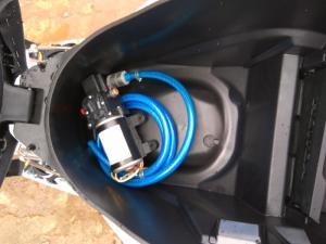 Vô cùng tiện lợi, để vừa cốp xe máy, như vậy có thể di động rửa xe mọi lúc mọi nơi