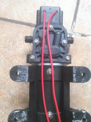 Thân bơm làm bằng vật liệu có khả năng chịu nhiệt tốt,, chân bơm bằng cao su có khả năng giảm chấn