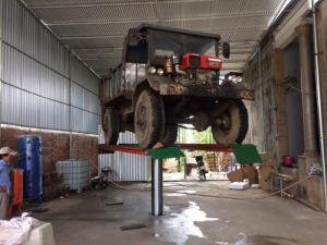 Cầu nâng rửa xe ô tô nên dùng dầu nhớt thủy...