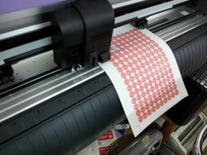 Tại In Kỹ Thuật Số chúng tôi trực tiếp bế thành phẩm tem nhãn giá rẻ cho bạn, bạn chỉ cần bóc tem và dán lên bề mặt sản phẩm