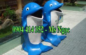 Thùng rác hình con cá heo  KT:  1.100 x 600mm ±20mm Chất liệu: Nhựa composite cốt sợi thủy tinh Có giỏ đựng bên trong Dung tích 50 lít