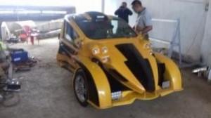 Xe ba bánh với vỏ được làm theo phong cách thể thao và được sử dụng hoàn toàn bằng đồ xe hơi