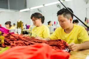 Dây chuyền may theo công đoạn tại xưởng may áo thun đồng phục AnnA Uniforms với đội ngũ nhân viên lớn, kinh nghiệm lâu năm. |Liên hệ ngay để được tư vấn!