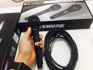Micro karaoke có dây Shure thể hiện âm thanh 1 cách đầy đặn và mạnh mẽ, chất âm ấm nhưng không làm giọng ca yếu đi mà còn làm cho người hát dễ lên những âm vực cao và vang với Bass chuẩn được đáng giá là dòng micro karaoke giá rẻ chất lượng
