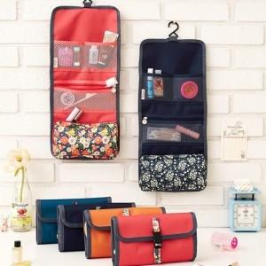 Túi treo 3 ngăn hoa giá sỉ được thiết kế đẹp mắt, tiện dụng để bạn thoải mái đựng các vật dụng cá nhân.