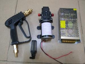 bộ sản phẩm bao gồm 1 súng phun áp lực cao, 1 máy bơm 12v-80w nặng 1,1 kg, 1 nguồn 12v-10A, 1 lọc nước.