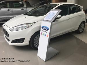 Khuyến mãi mua xe Ford Fiesta số tự động, màu trắng, giao xe trong 30 ngày.