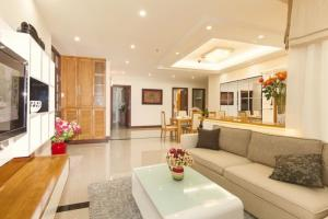 Cho thuê nhà lầu tại hẻm Hoàng Việt, Phường 4, Quận Tân Bình. 107 m2 có 7 phòng rộng