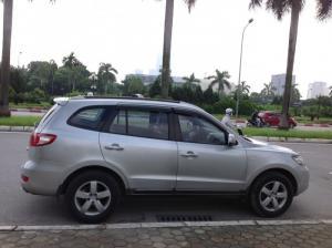 Bán xe Hyundai Santa Fe màu bạc số tự động chính chủ gđ sd từ mới